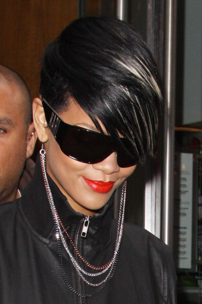 Cele Bitchy Rihanna S Crazy Earring Necklace Morning Links