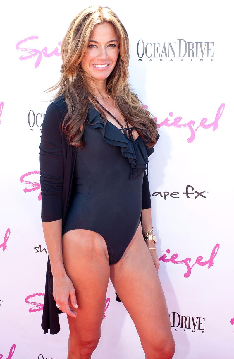 (look at her bikini line),