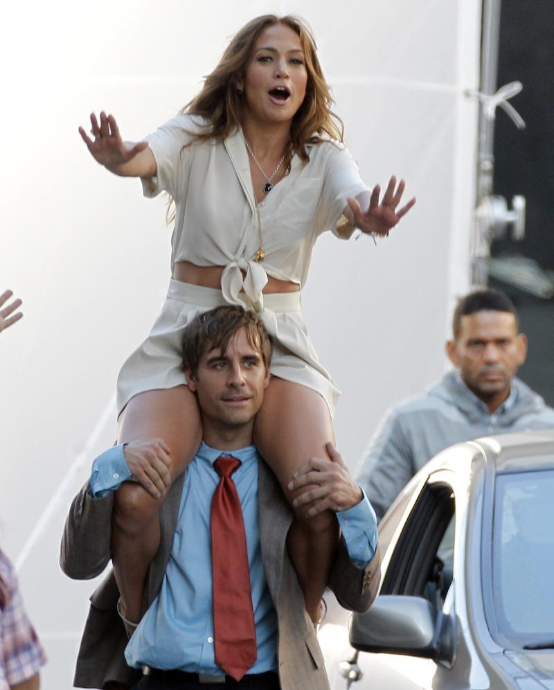 девушка села на плечи девушке голые
