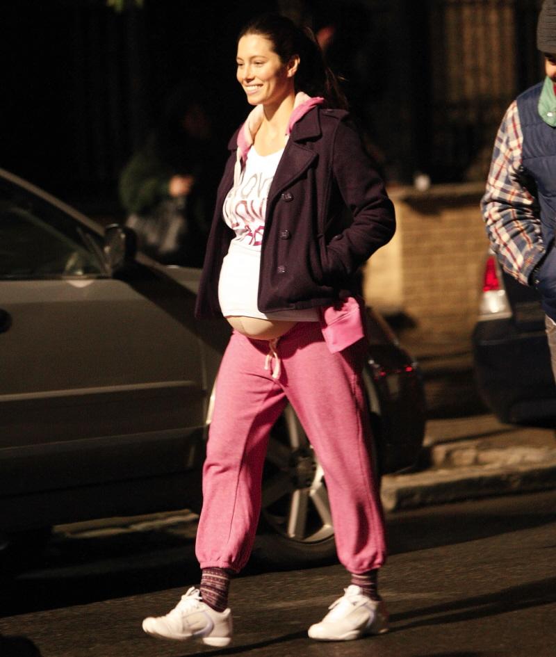 "Cele bitchy   Jessica Biel flaunts her budget ""baby bump ... джессика бил"