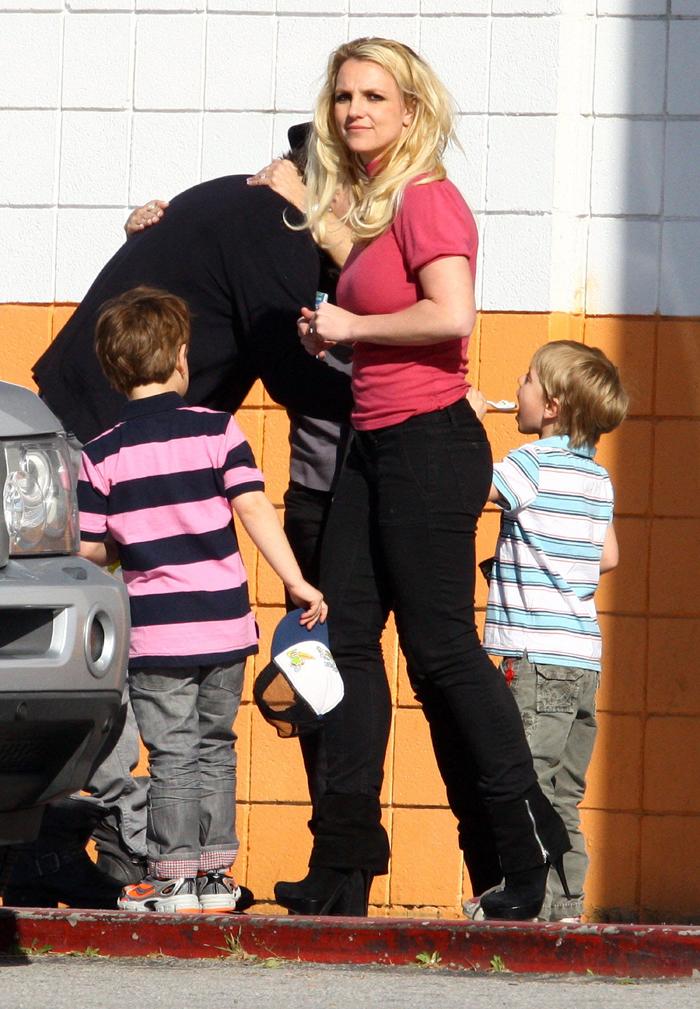 FFN_Spears_Britney_EXC_F3F8F10_012912_8671830