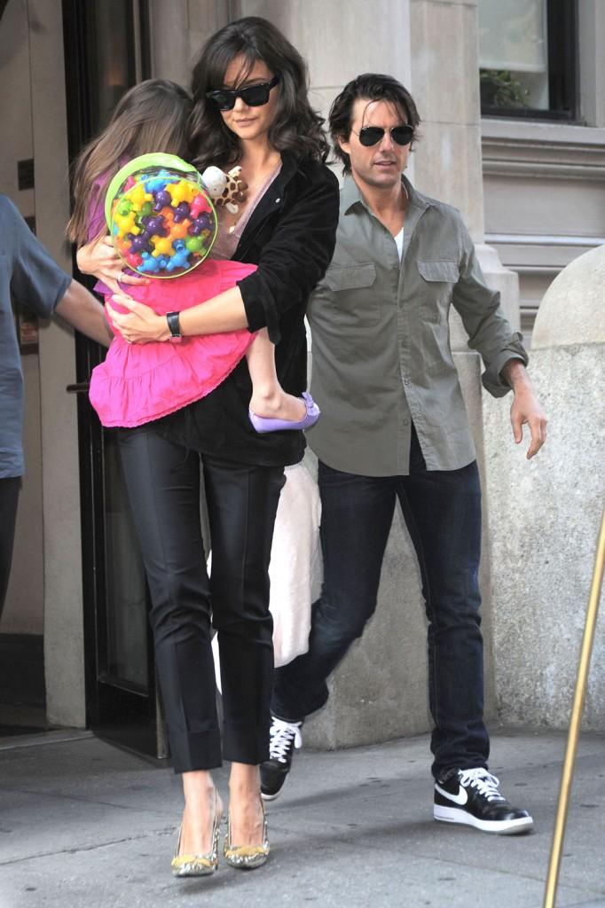 Tom, Katie & Suri Leaving Their NYC Apartment