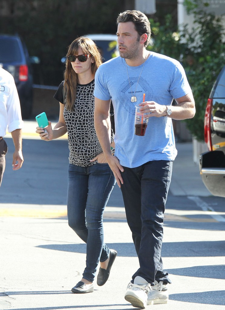 Ben Affleck & Jennifer Garner Enjoy Breakfast At The Country Mart