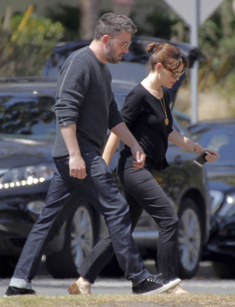 Exclusive... Ben & Jen Spotted Out For Lunch In Brentwood