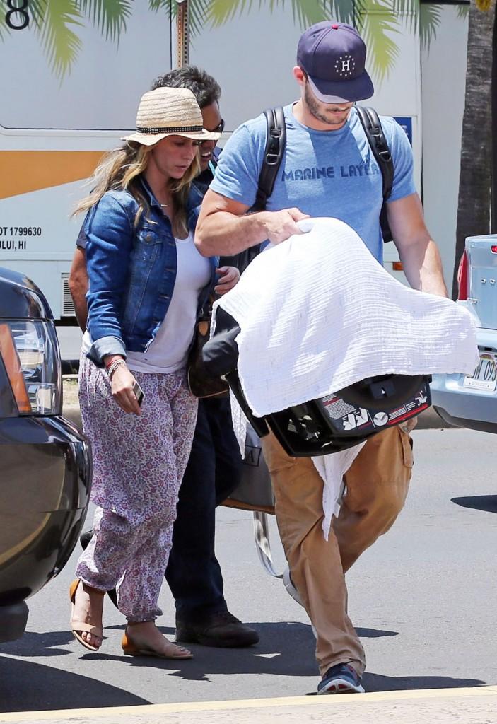 Jennifer Love Hewitt & Family Departing On A Flight In Maui