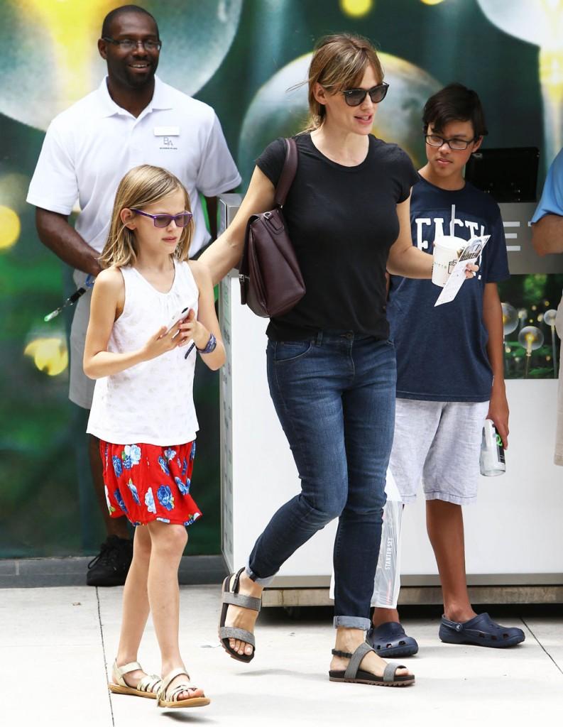 Exclusive... Jennifer Garner Wears Her Wedding Ring While Out In Atlanta