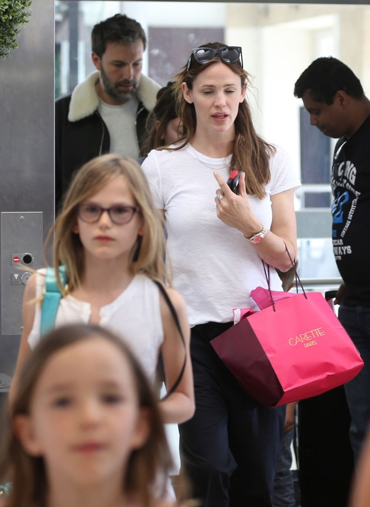 Semi-Exclusive... Jennifer Garner And Ben Affleck Hop On A Train To London
