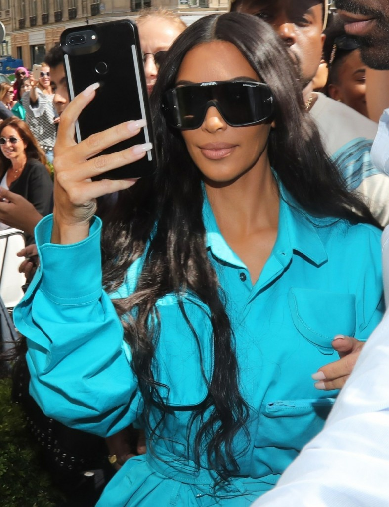 Kanye West and wife Kim Kardashian draw a crowd at l'Avenue restaurant in Paris
