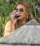 Beyonce and JAY Z enjoy a fancy meal and good wine while celebrating her Bday in Italy!