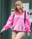 Eye catching Taylor Swift heads out for the day