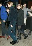 Taylor Swift rimane vicino al suo fidanzato mentre fa un'apparizione rara con Joe Alwyn