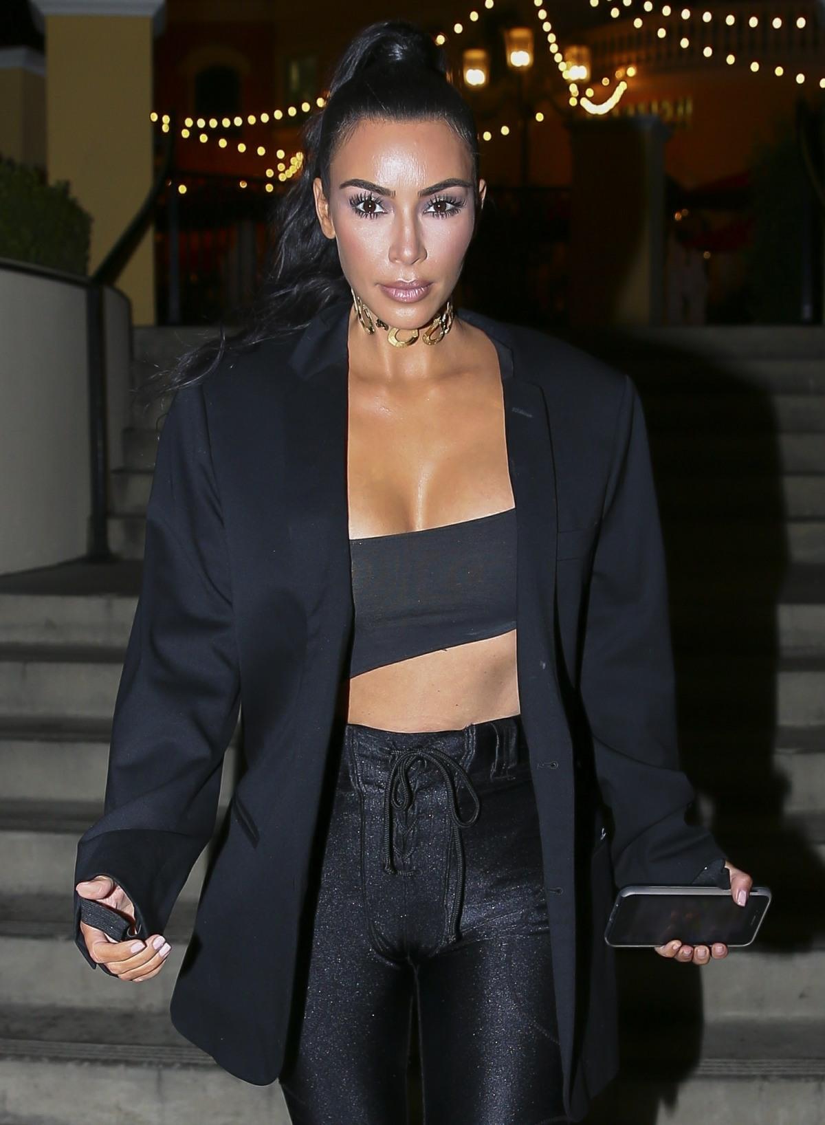 Kim Kardashian scoppia dalla sua top dopo sushi a Sugarfish