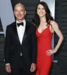 (FILE) Il CEO di Amazon Jeff Bezos e la moglie MacKenzie divorziano