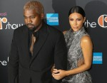 Kim Kardashian e Kanye West arrivano sul tappeto nero al musical di Cher