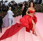 Gli arrivi di celebrità si posano sul tappeto rosa per il gala di Costume Institute Benefit Met