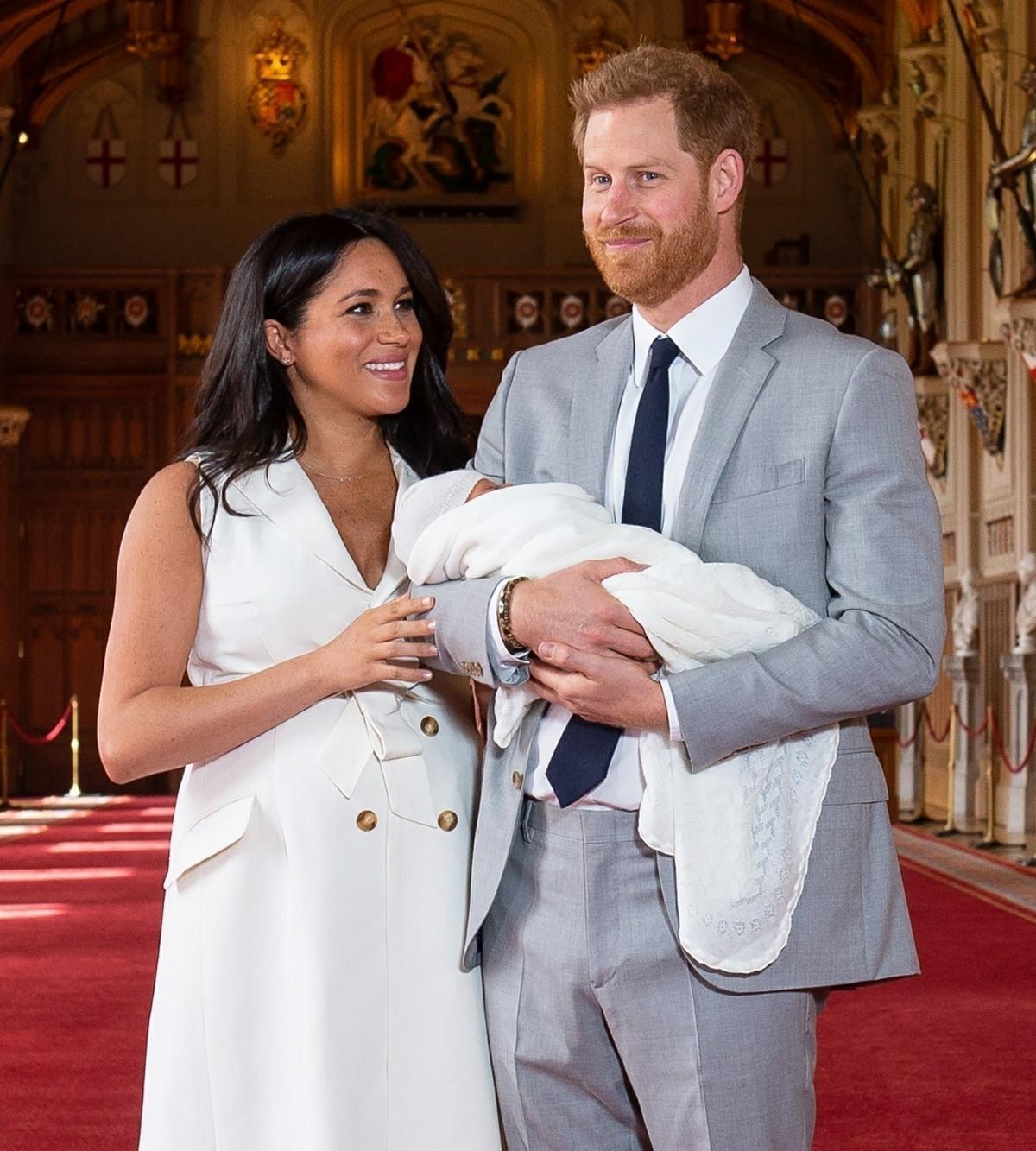 Il principe Harry, il duca di Sussex e Meghan, la duchessa di Sussex, posano con il loro figlio appena nato