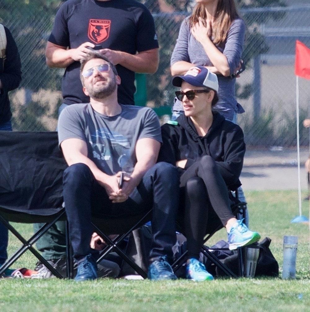 Jennifer Garner e Ben Affleck sono andati allo stadio di calcio della figlia con la mamma di Ben
