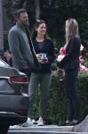 Ben Affleck e Jennifer Garner chiacchierano con alcuni amici mentre escono insieme