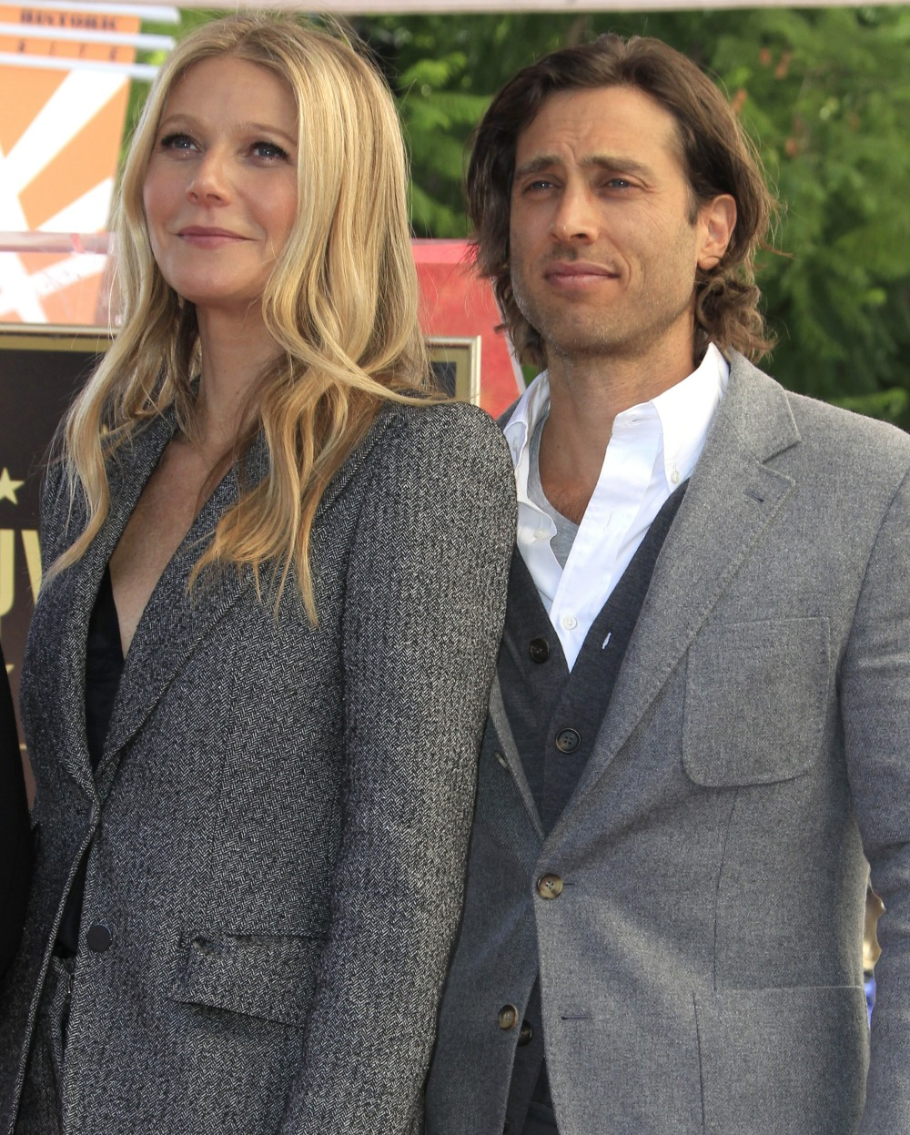 Gwyneth Paltrow & Brad Falchuk don't live together, only do overnights 4 times a week
