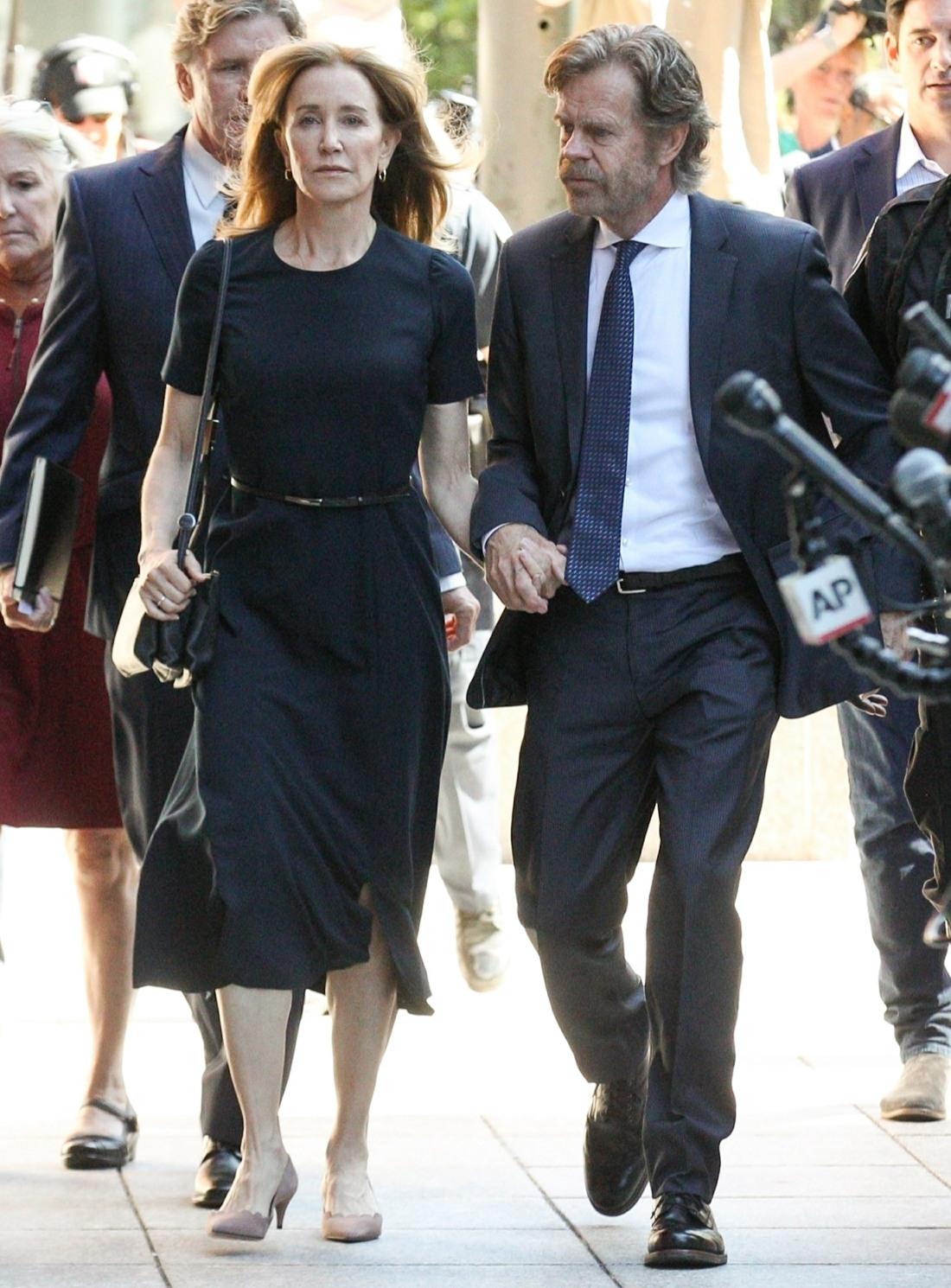 Felicity Huffman e William H Macy entrano nel tribunale federale prima di essere condannati per la parte di Felicity nello scandalo sull'ammissione al college!