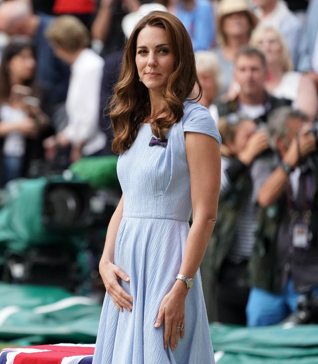 Catherine, duchessa di Cambridge, è accompagnata dal principe Edward, duca di Kent, mentre cammina verso il Center Court per presentare il trofeo maschile di Wimbledon. Londra, Regno Unito - 14 luglio 2019.
