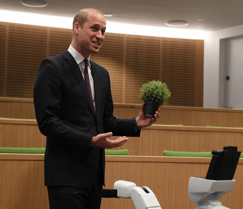 Il principe William, duca di Cambridge, interagisce con Bambam, un robot progettato per comprendere l'ambiente e raccogliere oggetti durante una visita per aprire ufficialmente il nuovo edificio per laureati, l'HB Allen Center, al Keble College, Università di Oxford a Oxford, Inghilterra centrale 3 ottobre 2019.