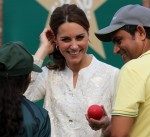 La duchessa di Cambridge gioca a cricket