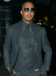 Il rapper T.I. Arrivando alla festa di compleanno di Stevie Wonder al night club di menta piperita.