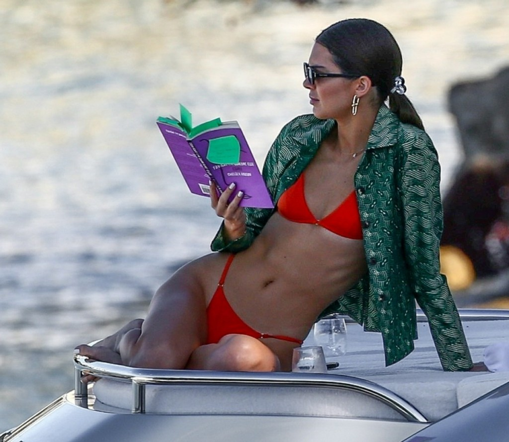 Kendall Jenner is enjoying a day out at sea!