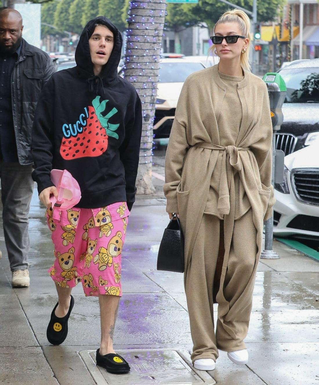 Justin e Hailey Bieber vanno a fare una corsa di caffè in una giornata piovosa