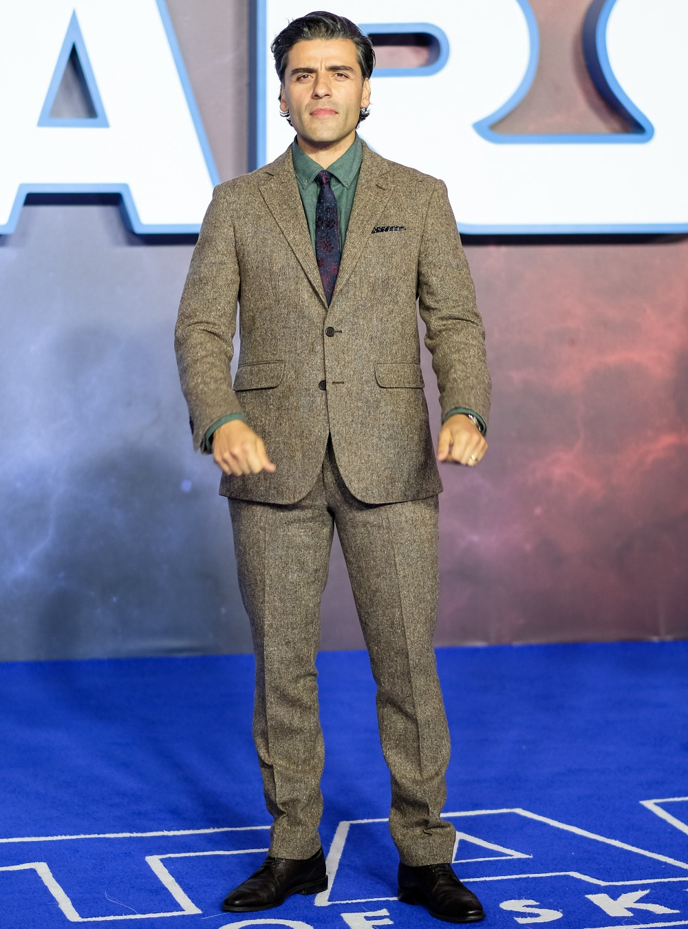 Oscar Isaac poses at European Premier of Star Wars: The Rise of Skywalker on Wednesday 18 December 2019