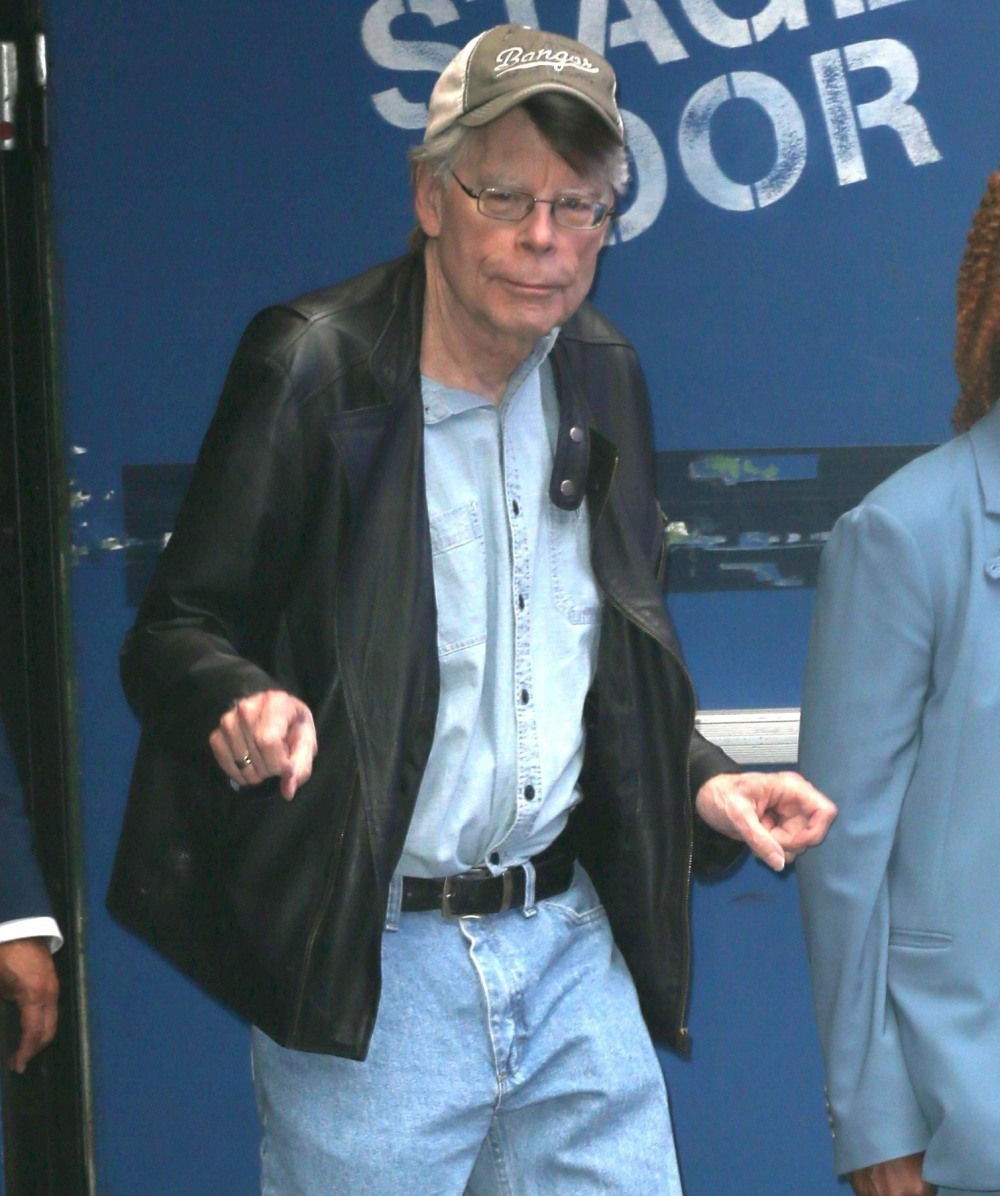 Stephen King has fun with photographers at GMA