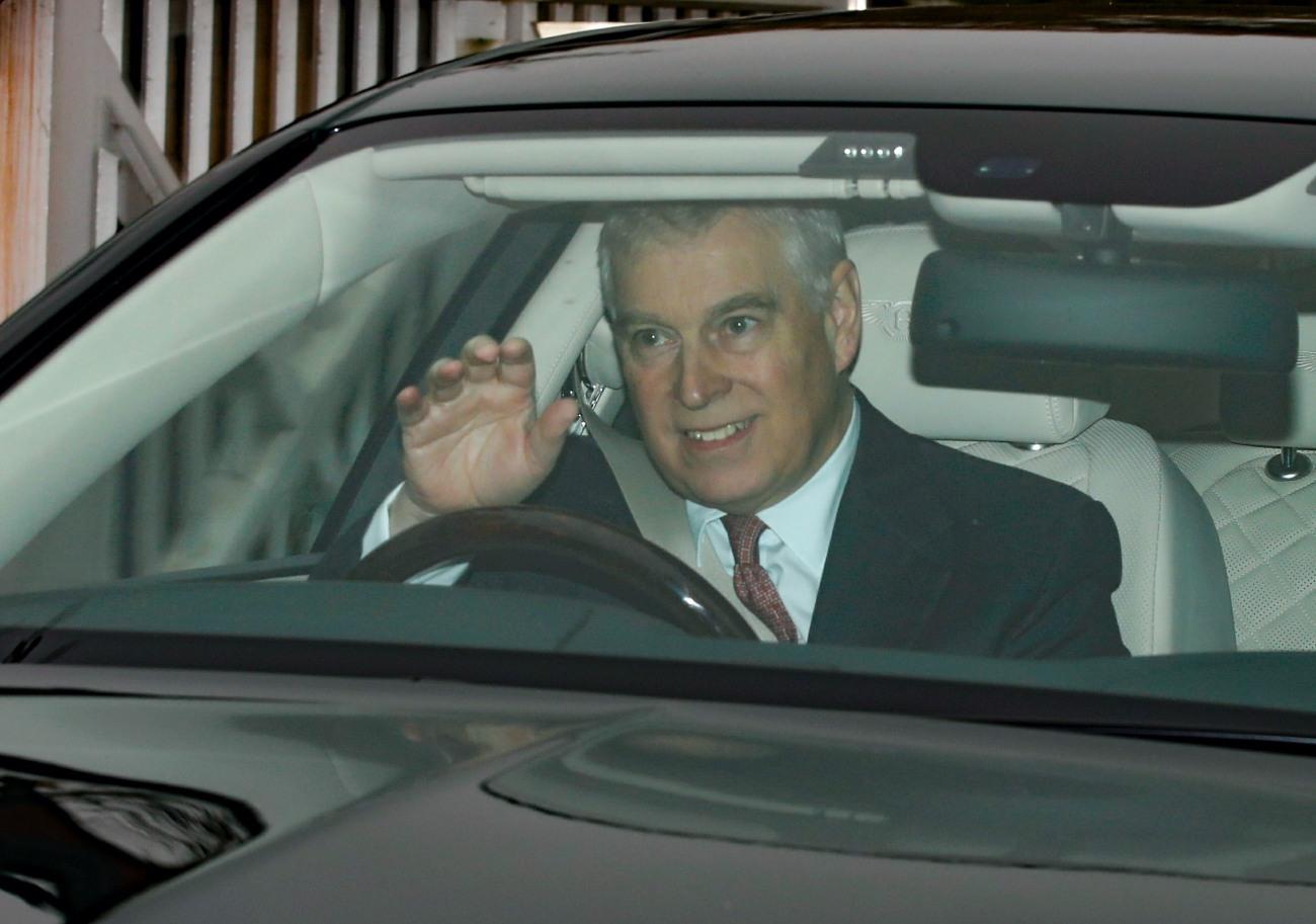 Il principe Andrew esce di casa dopo aver ricevuto il sacco dalla regina