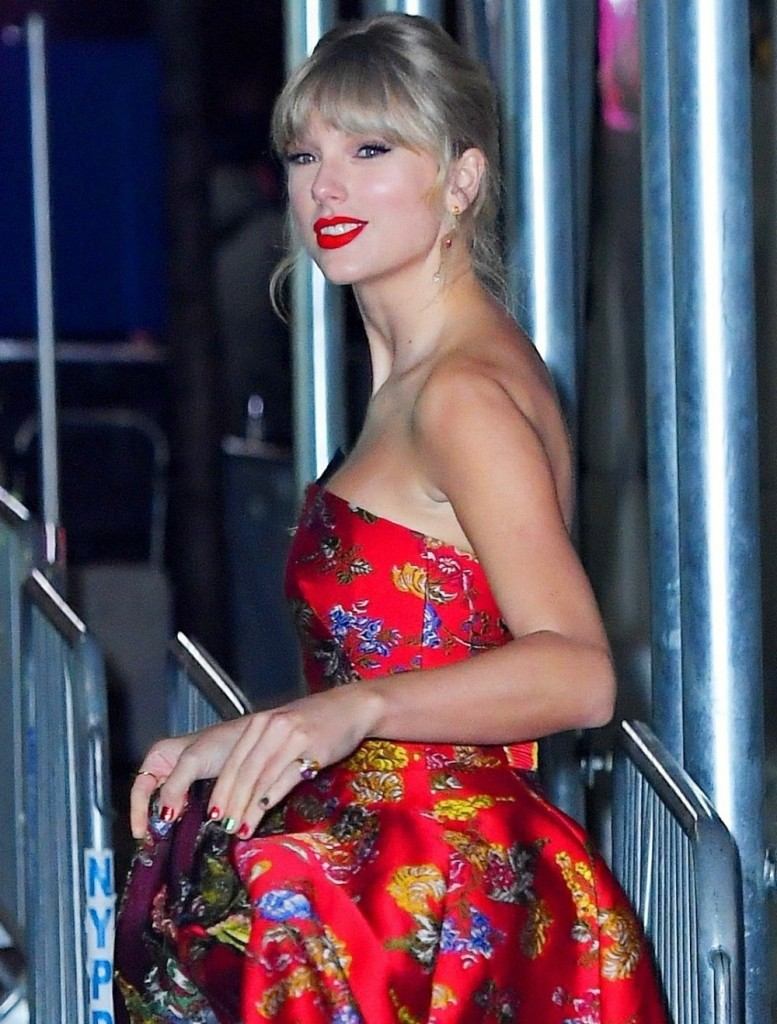 """Taylor Swift departs from the """"Cats"""" world premiere in New York City"""