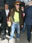 Brad Pitt fa il check-in nell'hotel di Greenwich ed è accolto da una folla di fan e telecamere