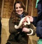Catherine, Duchessa di Cambridge, visita l'Ark Open Farm per incontrare le famiglie locali