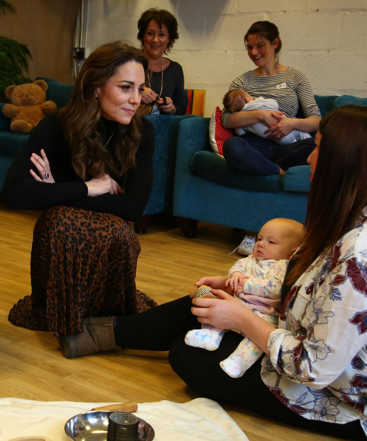 ケンブリッジ公爵夫人のブリティッシュ・キャサリンは、2020年1月22日にサウスウェールズのカーディフにあるイーリー&カエラウ子供センターを訪れ、母親と子供たちに会います。子供の頃。