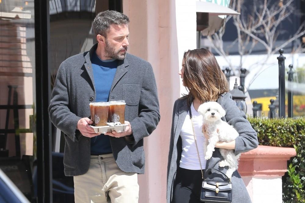 La nuova coppia Ben Affleck e Ana de Armas sembrano felici durante una corsa al caffè