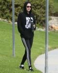 Kristen Stewart si rilassa con gli amici in un parco deserto a Los Feliz
