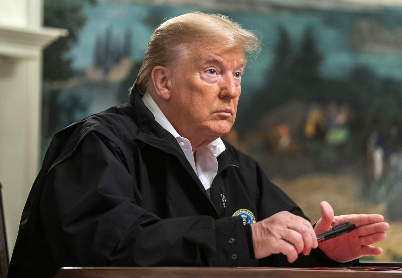 Trump firma alla Casa Bianca il disegno di legge sul finanziamento supplementare del coronavirus