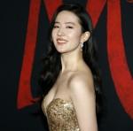 """Yifei Liu alla premiere mondiale di Disney """"Mulan"""" tenutasi al Dolby Theatre di Hollywood, negli Stati Uniti, il 9 marzo 2020."""