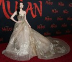 L'attrice Yifei Liu indossa un oro luccicante, str ...