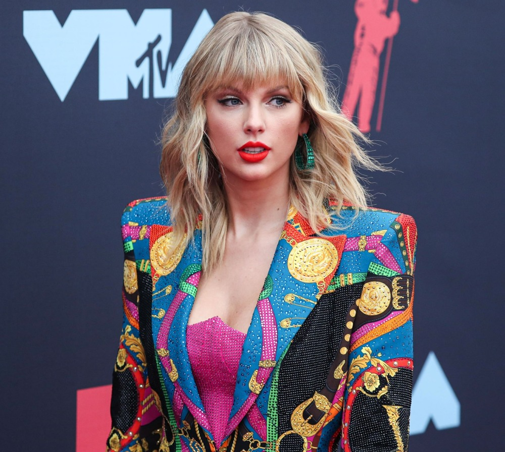 Taylor Swift wearing Atelier Versace arrives at the 2019 MTV Video Music Awards