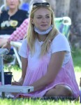Sophie Turner is pretty in PINK as she and Joe Jonas go on a picnic with friends and family!