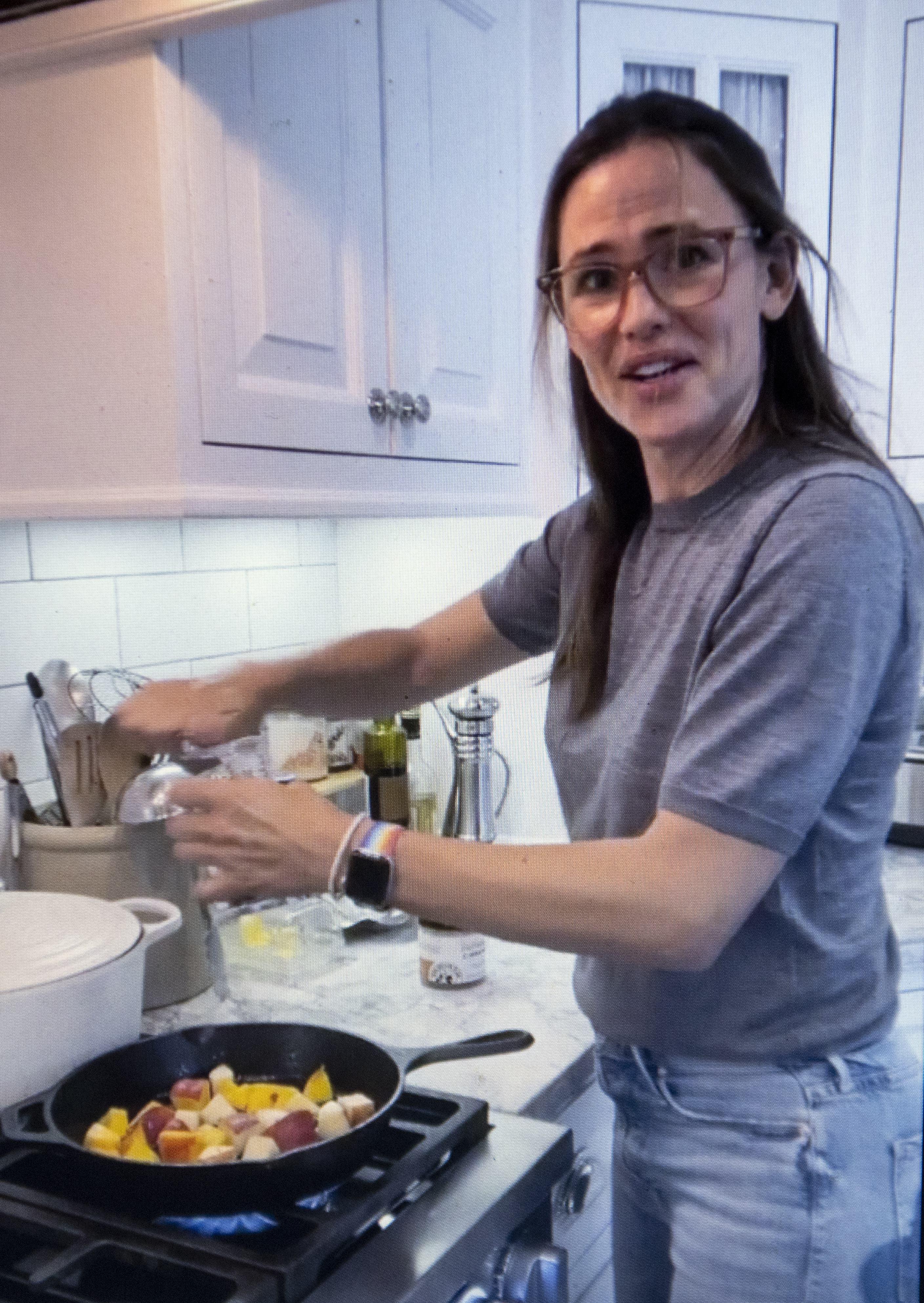 Jennifer Garner Cooking Show Peaches & Biscuits