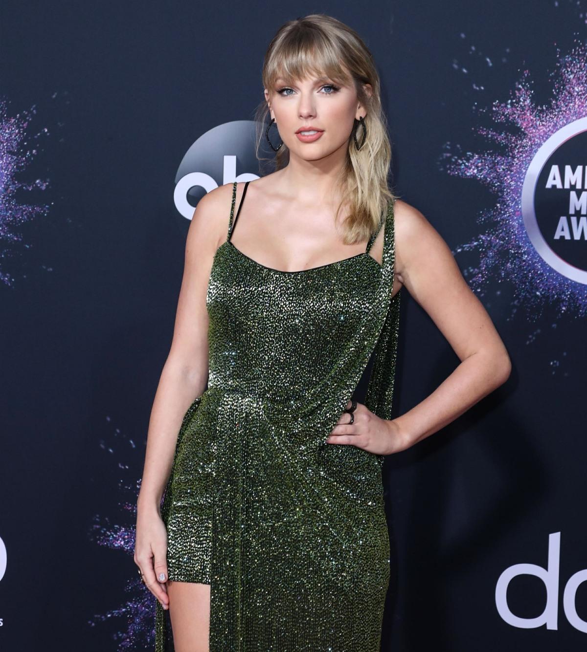 Taylor Swift arrives at the 2019 American Music Awards wearing a Julien Macdonald dress