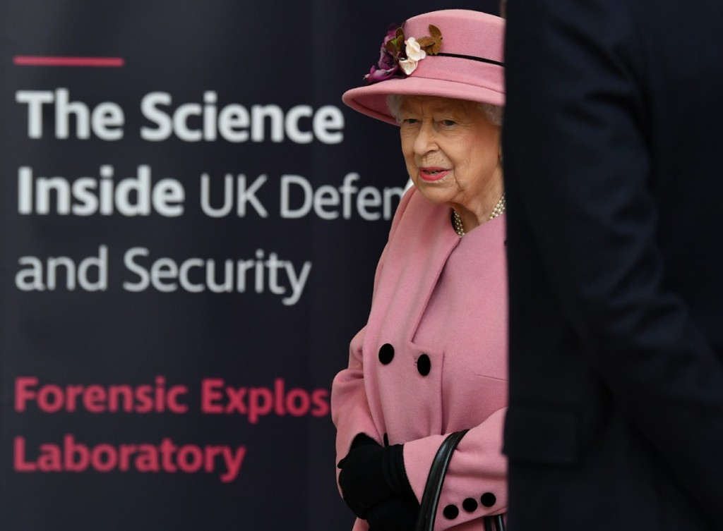 Britain's Queen Elizabeth II visits the Energetics Analysis Centre at the Defence Science and Technology Laboratory (Dstl) at Porton Down science park near Salisbury, southern England, on October 15, 2020. - The Queen and the Duke of Cambridge visited the Defence Science and Technology Laboratory (Dstl) where they were to view displays of weaponry and tactics used in counter intelligence, a demonstration of a Forensic Explosives Investigation and meet staff who were involved in the Salisbury Novichok incident. Her Majesty and His Royal Highness also formally opened the new Energetics Analysis Centre.