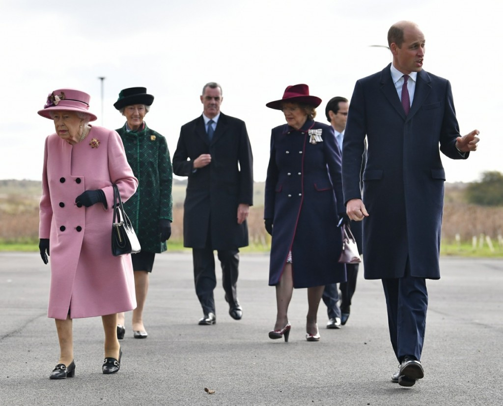 Britain's Queen Elizabeth II (C) and Britain's Prince William, Duke of Cambridge (R) arrive with Dstl Chief Executive Gary Aitkenhead (L) at the Energetics Analysis Centre as they visit the Defence Science and Technology Laboratory (Dstl) at Porton Down science park near Salisbury, southern England, on October 15, 2020. - The Queen and the Duke of Cambridge visited the Defence Science and Technology Laboratory (Dstl) where they were to view displays of weaponry and tactics used in counter intelligence, a demonstration of a Forensic Explosives Investigation and meet staff who were involved in the Salisbury Novichok incident. Her Majesty and His Royal Highness also formally opened the new Energetics Analysis Centre.