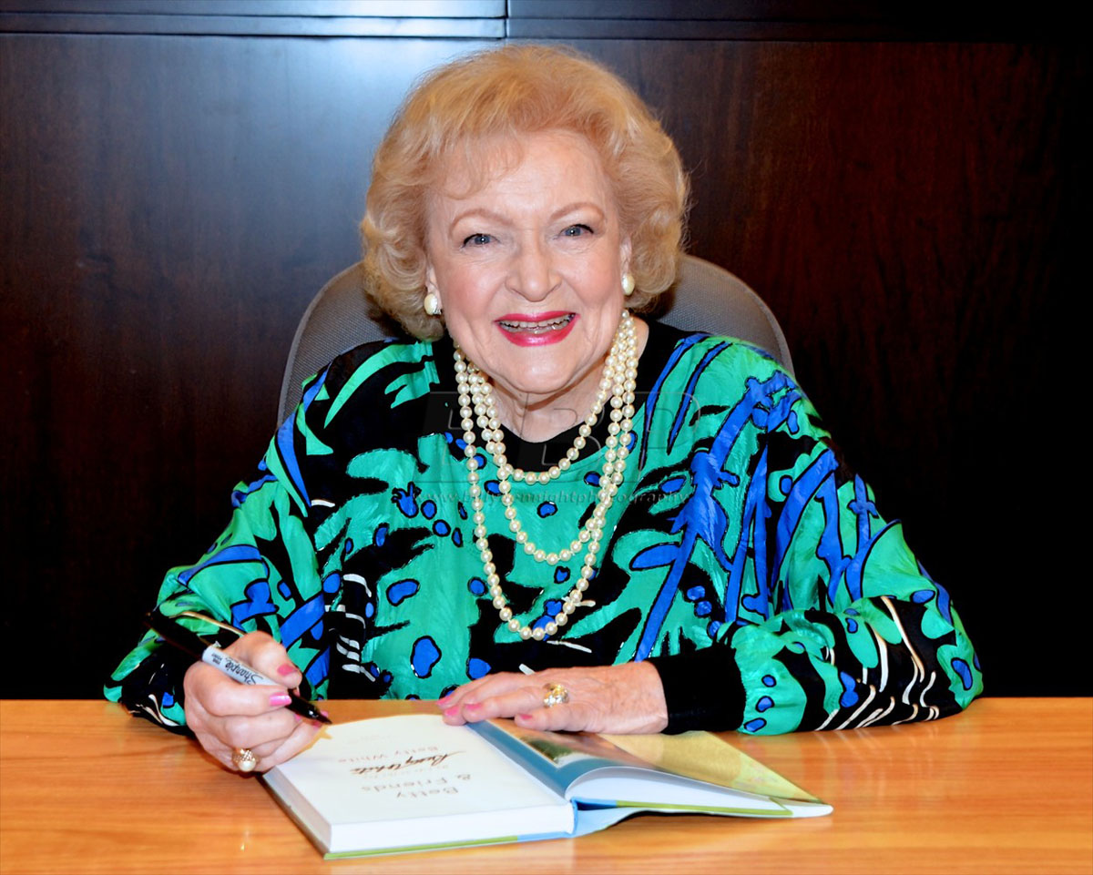 """Betty White Book Signing  at Barnes and Noble for """"Betty & Friends: My Life at the Zoo"""" book release"""