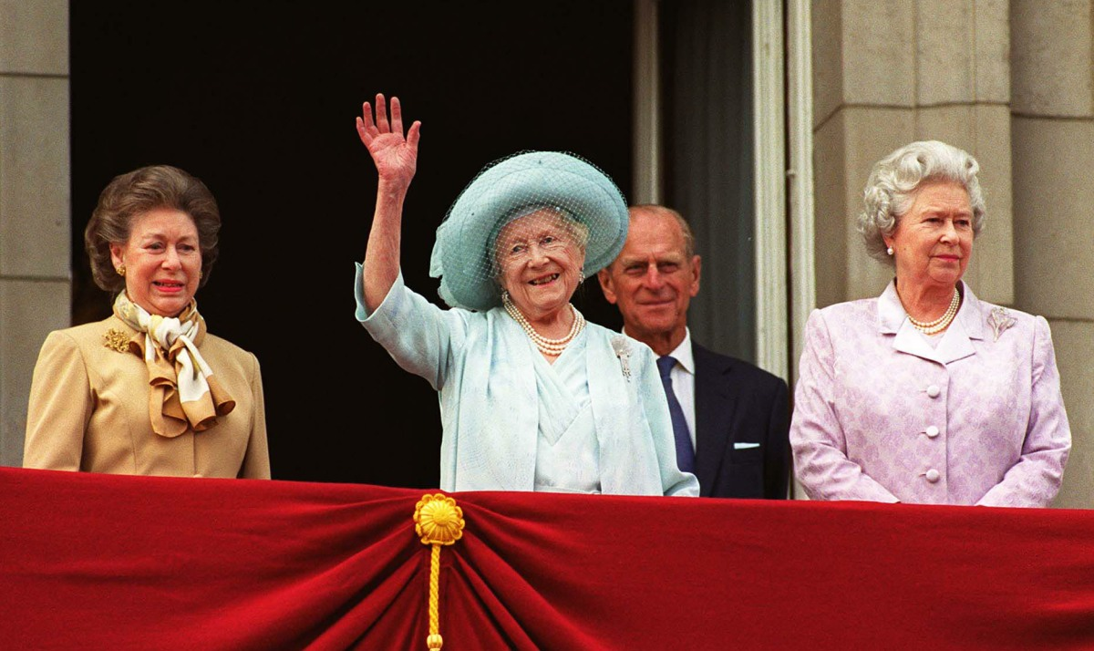 QUEEN MOTHER'S 100th BIRTHDAY Left to Right: HRH PRINCESS MARGARET; HM THE QUEEN MOTHER; HRH DUKE OF EDINBURGH and HM QUEEN ELIZABETH II on the balcony of Buckingham Palace celebrating the Queen Mother's 100th birthday COMPULSORY CREDIT: UPPA/Photosho